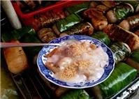 Chuối sứ lột sạch vỏ đem bọc một lớp cơm nếp rồi đem nướng