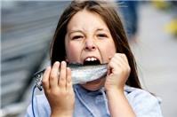 Ăn cá, đậu phộng chống dị ứng ở trẻ